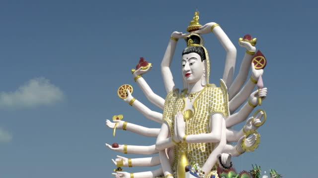 statue of 18 armed guanyin, goddess of mercy - weibliche figur stock-videos und b-roll-filmmaterial