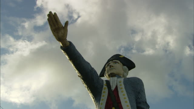a statue of a colonial style officer points skyward. - colonial stock videos & royalty-free footage