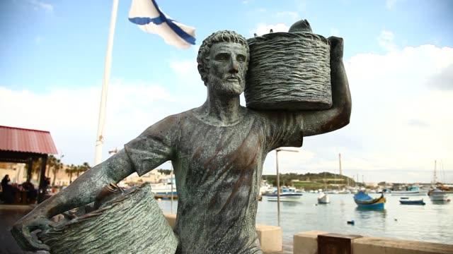 statue of a fisherman in malta - バレッタ点の映像素材/bロール