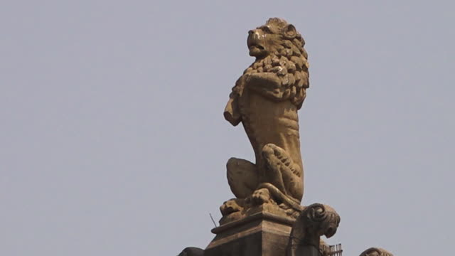 A statue of a lion