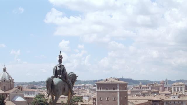 vídeos y material grabado en eventos de stock de a statue of a roman soldier on a horse looks over the city. - centurión