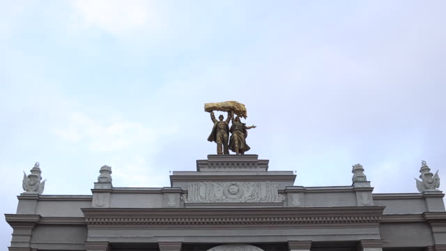 statue of a tractor driver and a kolkhozienne - monumento video stock e b–roll