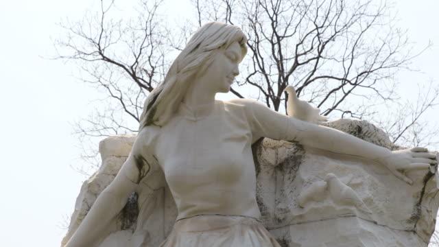 vidéos et rushes de statue of a woman in nagasaki peace park in japan - arme de destruction massive