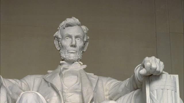 vidéos et rushes de shaky statue of abraham lincoln in lincoln memorial / washington d.c., united states - président des états unis