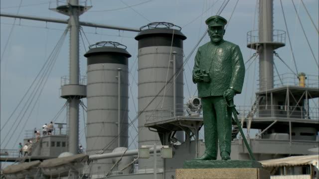 vidéos et rushes de a statue of admiral togo stands in front of the battleship mikasa in yokosuka.  - cuirassé