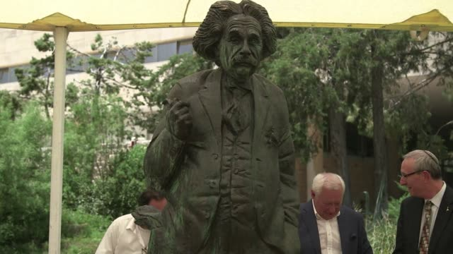 statue of albert einstein was revealed at the hebrew university of jerusalem for the 100 year anniversary of the theory of relativity and the 60th... - e=mc2 stock-videos und b-roll-filmmaterial