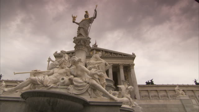 a statue of athena dominates the athena fountain in front of the austrian parliament building. - minerva 個影片檔及 b 捲影像