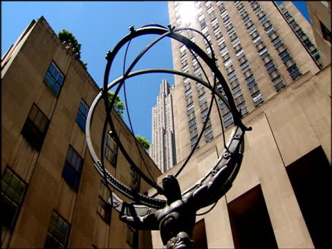 vídeos de stock e filmes b-roll de statue of atlas at rockefeller center manhattan - estátua de atlas