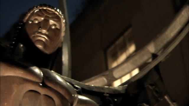 vídeos de stock e filmes b-roll de a statue of atlas overlooks rockefeller center in new york city. - estátua de atlas