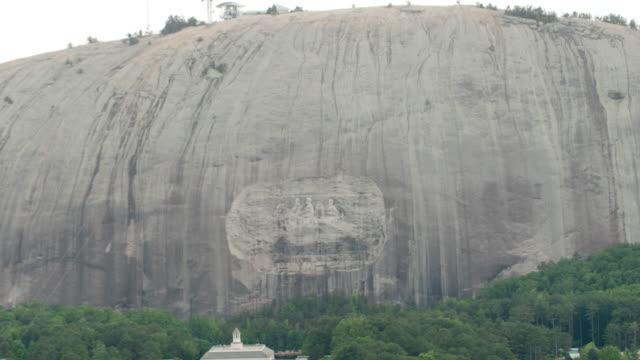 ws zo aerial pov statue of bas-relief, davis, lee, jackson on mountain / stone mountain, georgia, united states - basrelief stock-videos und b-roll-filmmaterial
