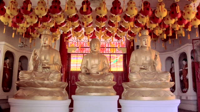 vidéos et rushes de ws statue of buddha in kek lok si temple / ayer hitam, penang, malaysia - temple