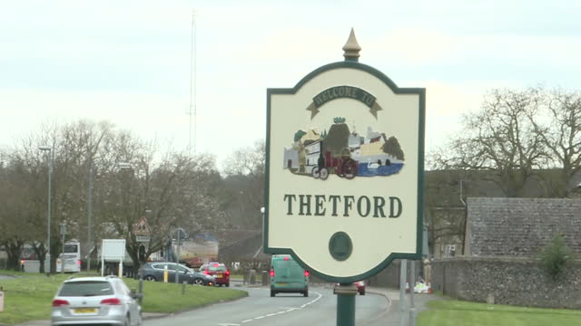 a statue of captain mainwaring stands guard in the norfolk town of thetford where the muchloved sitcom dad's army was filmed as a symbol of oldschool... - einwanderer stock-videos und b-roll-filmmaterial