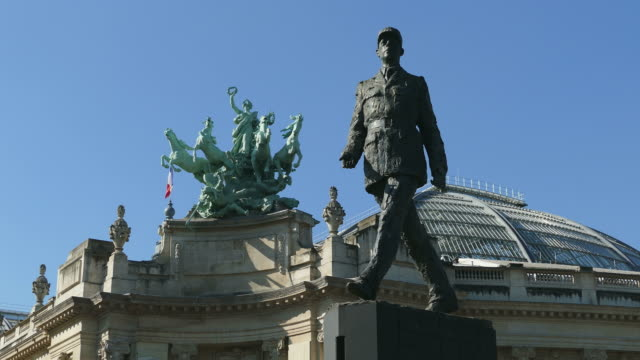vídeos de stock e filmes b-roll de statue of charles de gaulle near grand palais, paris, france, europe - cultura francesa