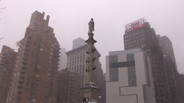 statue of christopher columbus at columbus circle during snow storm manhattan - cristoforo colombo video stock e b–roll