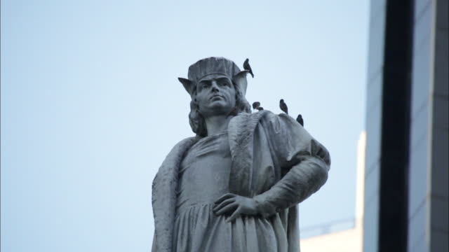 a statue of christopher columbus in new york - statue stock-videos und b-roll-filmmaterial