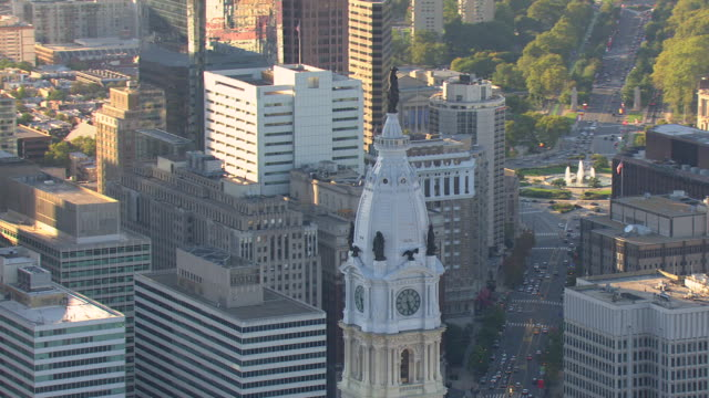 stockvideo's en b-roll-footage met ms aerial ts statue of city founder william penn top of city hall  / philadelphia, pennsylvania, united states - philadelphia pennsylvania