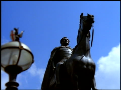 statue of duke of wellington beside ornate lamp post, london - bandiera inglese video stock e b–roll
