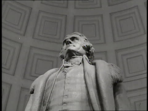 vidéos et rushes de a statue of former us president thomas jefferson stands in the jefferson memorial where the declaration of independence is carved on the walls therein - jefferson memorial