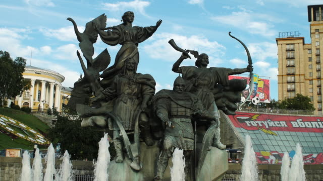ms slo mo statue of founders at independence square / kiev, ukraine - female likeness stock videos & royalty-free footage