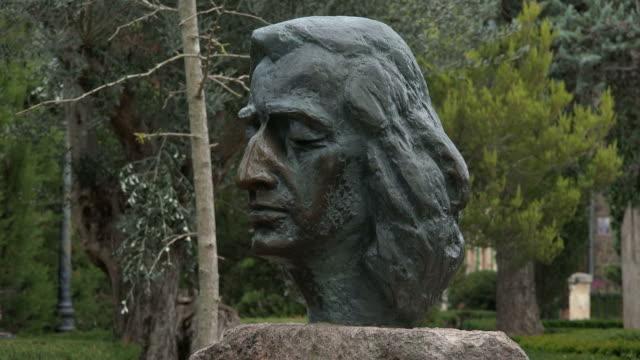 vídeos de stock e filmes b-roll de statue of frederic chopin at carthusian monastery, valldemossa, majorca - história