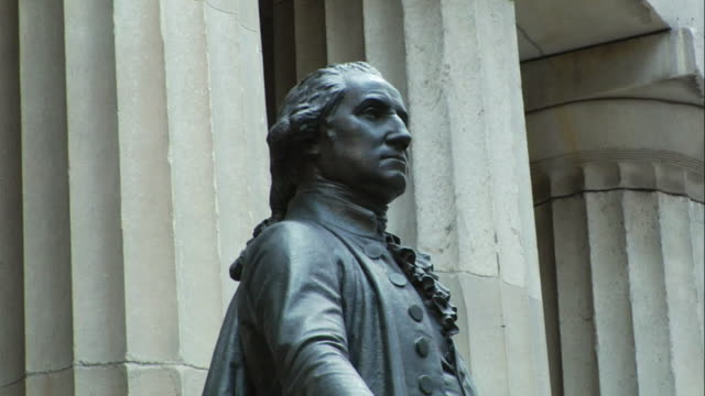 vídeos de stock e filmes b-roll de cu statue of george washington outside federal hall on wall street / manhattan, new york, usa - george washington