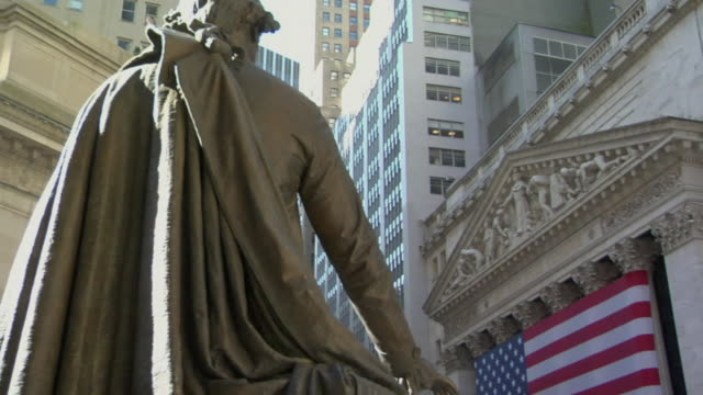 vídeos de stock e filmes b-roll de ms td pan statue of george washington standing across from new york stock exchange building / manhattan, new york, usa - george washington