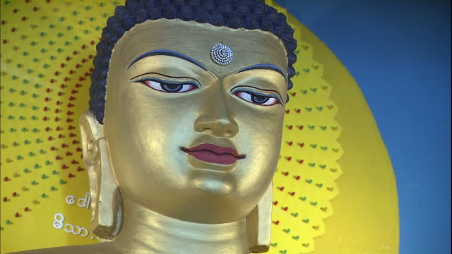 vídeos de stock e filmes b-roll de statue of gold coloured buddha, bihar, india - figura masculina