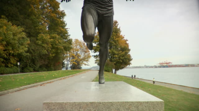 stockvideo's en b-roll-footage met ms tu statue of harry winston jerome in stanley park / vancouver, british columbia, canada - mannelijke gelijkenis