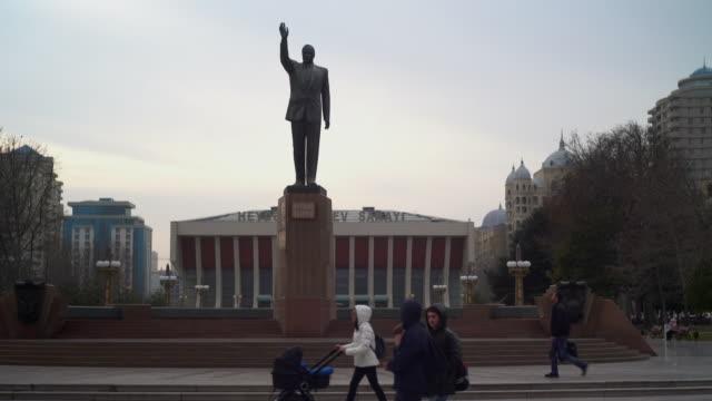 vídeos de stock e filmes b-roll de statue of heydar aliyev, baku - figura masculina
