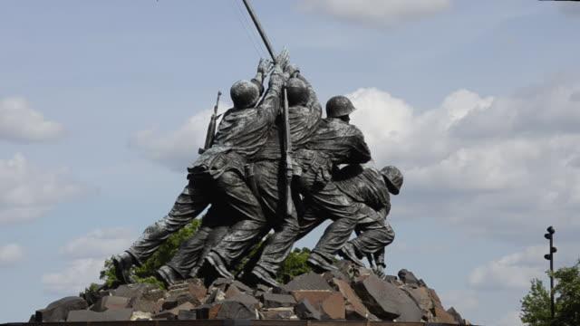 stockvideo's en b-roll-footage met cu zo statue of iwo jima memorial / washington dc, washington district of columbia, united states - iwo jima