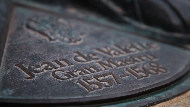 a statue of jean de vallette - 飾り板点の映像素材/bロール