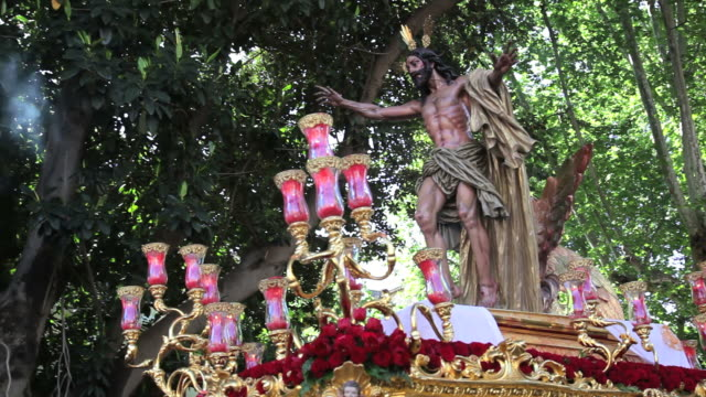 statue of jesus christ being carried by costaleros bearing a trono a religious procession through the streets of malaga, spain, europe - festwagen stock-videos und b-roll-filmmaterial