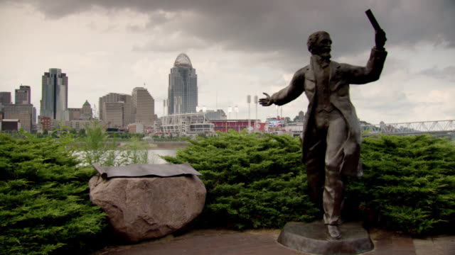 vidéos et rushes de statue of john a roebling and the great american ball park in the background, cincinnati, ohio - rivière ohio