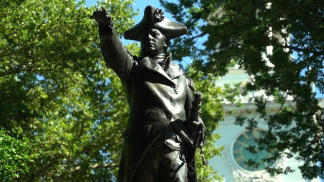 statue of john barry, independence hall - figura maschile video stock e b–roll