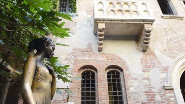 ms td statue of juliet and juliets balcony at casa di giulietta / verona, veneto, italy - female likeness stock videos & royalty-free footage