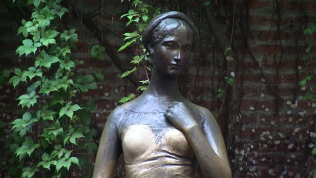 statue of juliette in verona - literature stock-videos und b-roll-filmmaterial