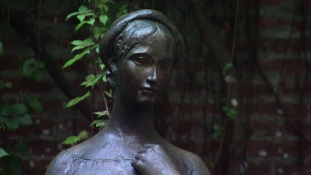 statue of juliette in verona - literature stock videos & royalty-free footage