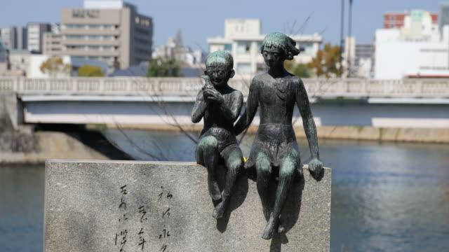 statue of kids in hiroshima peace memorial park, japan - 記念碑点の映像素材/bロール