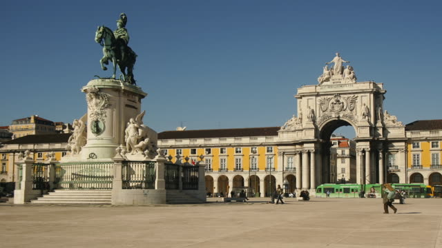 t/l zo ws statue of king jose i and triumphal arch on praca do comercio, lisbon, portugal - town square stock videos & royalty-free footage