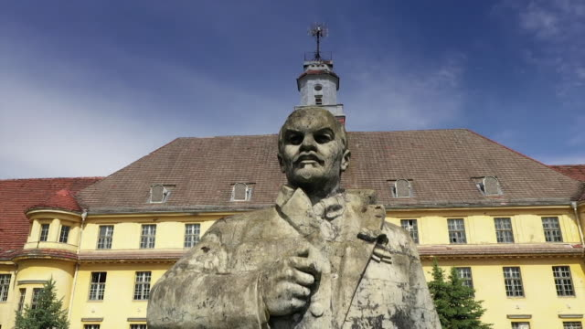 """statue of lenin outside wunsdorf and aerial of the soviet military garrison abandoned outside of berlin - """"bbc news"""" stock-videos und b-roll-filmmaterial"""