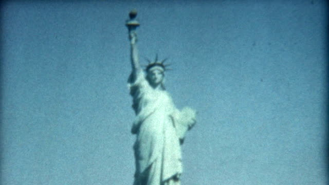 stockvideo's en b-roll-footage met statue of liberty 1950's - archief