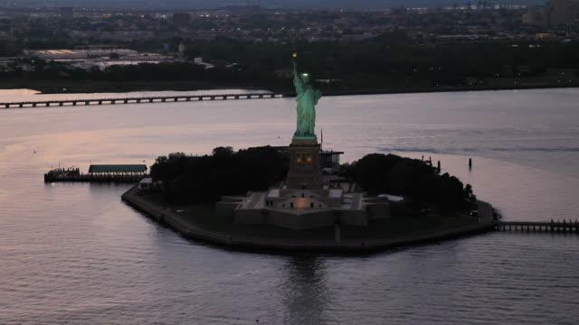 vidéos et rushes de statue de la liberté aérienne découvre en face de new york city - statue de la liberté