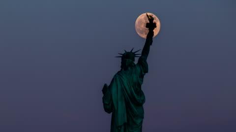 自由女神像和滿月-4 k 時間流逝 - statue of liberty new york city 個影片檔及 b 捲影像