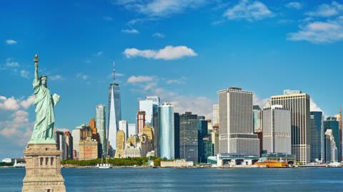 自由女神像和曼哈頓商業區的天際線 - statue of liberty new york city 個影片檔及 b 捲影像