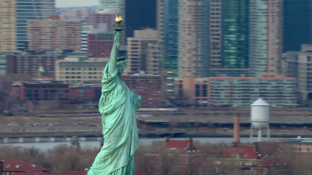 statue of liberty and nyc cityscape - demokratie stock-videos und b-roll-filmmaterial