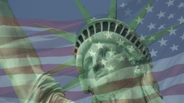 vídeos y material grabado en eventos de stock de estatua de la libertad y de la bandera detrás - estatua de la libertad