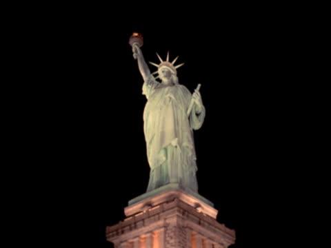 statue of liberty at night - statue of liberty new york city点の映像素材/bロール
