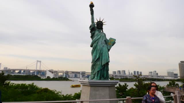 statue of liberty at odaiba seaside park in tokyo. - 自由の女神点の映像素材/bロール