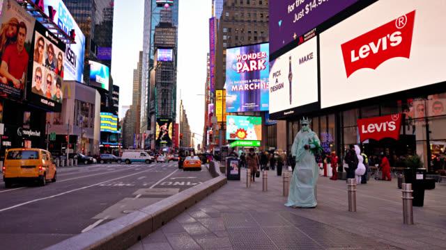 statue of liberty at times square - statue of liberty new york city bildbanksvideor och videomaterial från bakom kulisserna