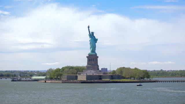 vídeos de stock e filmes b-roll de statue of liberty - hyper lapse - statue of liberty new york city